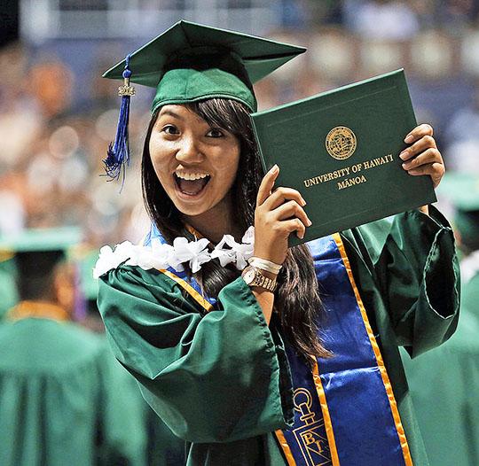 Etudiante avec son diplôme de l'University of Hawaii