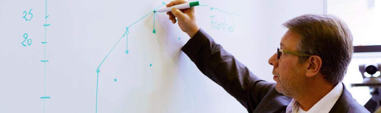 Professeur qui écrit au tableau